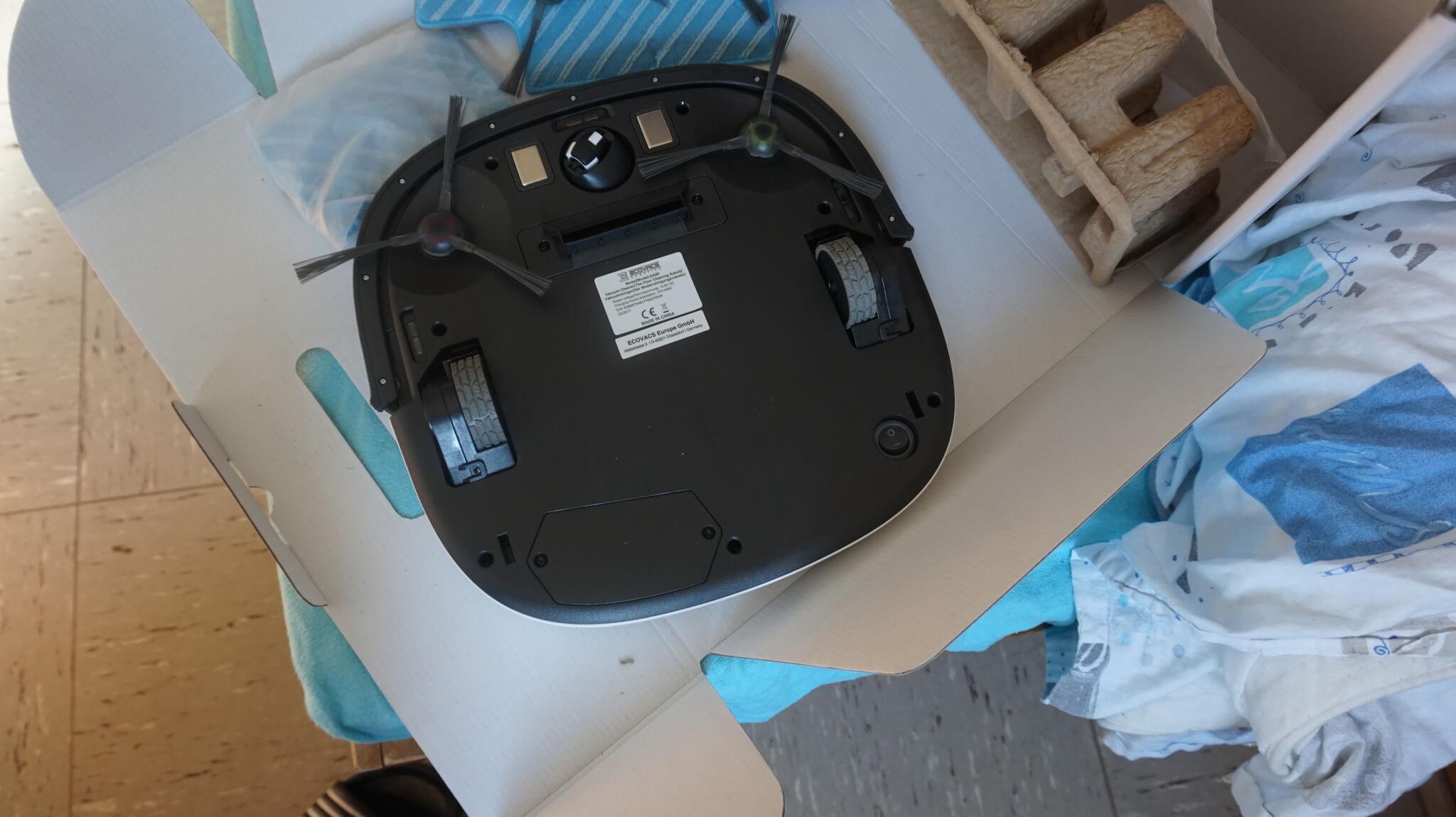 Rueckseite eines Staubsauger Roboters Bild