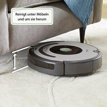 iRobot Roomba 615 Saugroboter unter Sofa
